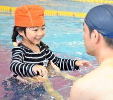 服を着たまま水に入り動きにくさを体験する園児=佐賀市のリョーユースポーツプラザ