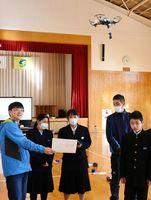 ドローンを飛ばす生徒=佐賀市の富士中学校