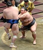 貴景勝(右)が押し出しで宝富士を下す=両国国技館