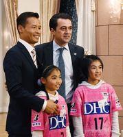 マッシモ・フィッカデンティ監督(中央)と記念写真に収まる参加者=佐賀市のアルカディアSAGA