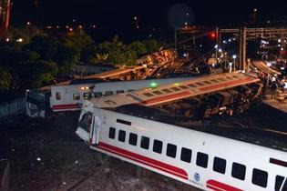 台湾列車事故、捜索続く