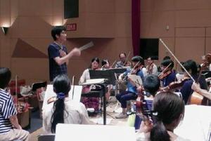からつジュニアオーケストラの練習風景。今回は一般公募の宮野源史さん(中央)が指揮を執る