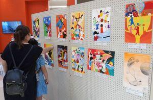 多彩な作品が並ぶイラスト展の会場=佐賀市巨勢町のモラージュ佐賀南館