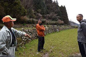 酒米を作るる畑を見学する飯盛さん(右端)ら=鹿島市三河内広平