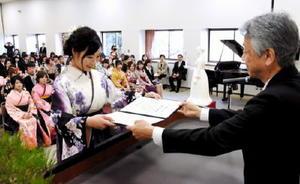 卒業証書を受け取る卒業生代表の坂口由佳さん=佐賀市兵庫南の県立総合看護学院
