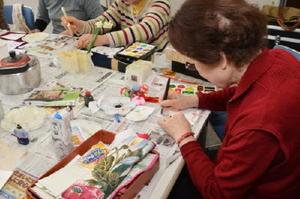 毎月、誕生日を迎える一人暮らしのお年寄りに向け、絵手紙をしたためるボランティアの参加者=小城市小城町の桜楽館