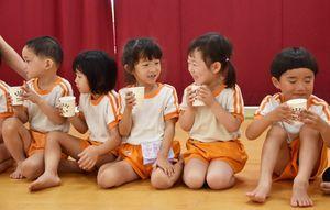 県産100%の牛乳をおいしそうに飲む園児=佐賀市の新栄保育園
