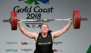 2018年4月にオーストラリアで行われた大会で試技をするローレル・ハバード(ロイター=共同)
