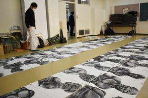 審査会前、284点の作品が並べられた=佐賀市の北高会館