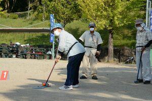 集中してプレーする参加者=嬉野市のみゆき公園多目的広場