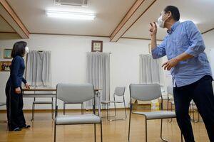 さがドラマスクール第11回公演「明日葉の庭」の1場面、左が水町月子さん=佐賀市高木町の古賀英語道場