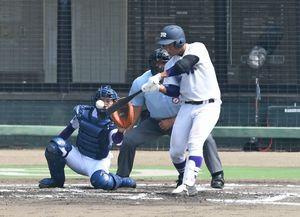 決勝・敬徳-龍谷 1回裏龍谷2死二塁、4番田中が左翼線に適時二塁打を放ち1ー0と先制する=みどりの森県営球場
