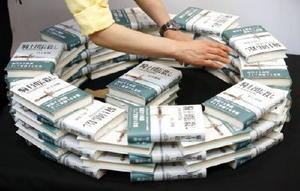 村上春樹さんの新作小説「騎士団長殺し」を展示する書店員=23日夜、東京都千代田区の三省堂書店神保町本店