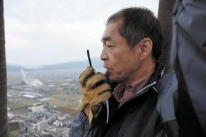 地上のクルーと無線で通信するパイロットの森幸弘さん