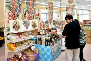 売り場の特設ブースには、加工品を中心に県内メーカーの商品を取りそろえている=佐賀市のAコープ佐賀城南店