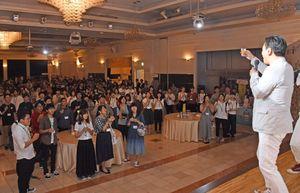 山口祥義知事(右)の音頭で乾杯する学生たち=佐賀市のロイヤルチェスター佐賀