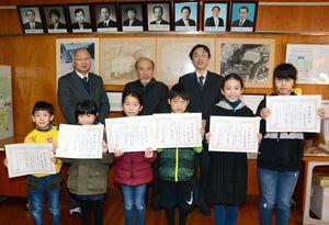 (前列左から1~6年の学年順に)曲川小の焼き物展で柿右衛門賞に輝いた児童たち=有田町の同校