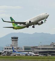 九州佐賀国際空港を飛び立つ、春秋航空日本の機体