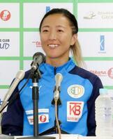 練習前に取材に応じるサッカーの元女子日本代表の永里優季=23日、神奈川県厚木市