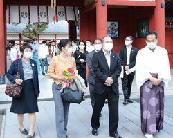 祐徳稲荷神社を訪れた駐日タイ王国のシントン大使(前列右から2人目)ら。右は鍋島朝寿宮司=鹿島市古枝