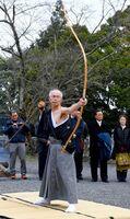 観衆の見守る中、歩射祭で矢を射る永尾一博さん=武雄市の武雄神社