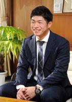 笑顔でプロ5年目に向けた抱負を語る古川侑利投手=武雄市役所