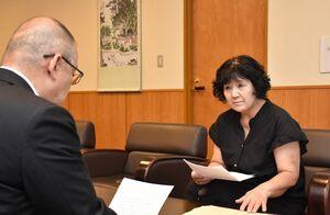 江里口秀次小城市長(左)に質問状を手渡し、内容を説明する市民有志の代表者=市役所