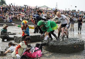 多くの外国人観光客も参加する鹿島ガタリンピック=6月11日、鹿島市の七浦海浜スポーツ公園