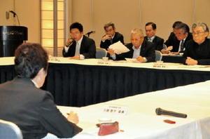 玄海原発の再稼働について意見を述べる委員たち=佐賀市のホテルニューオータニ佐賀