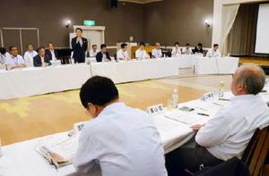 山口祥義知事と20市町議会議長が意見交換した懇話会=佐賀市のマリトピア