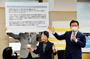 佐賀県外から帰省してきた新成人らに感染防止の徹底を呼び掛けた山口祥義知事(右)=5日午後、県庁