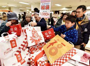 平成最後の福袋を求めて、開店直後から多くの買い物客でにぎわいをみせる食品売り場=佐賀市の佐賀玉屋