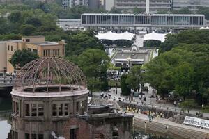 被爆から75年の「原爆の日」を迎え、行われた平和記念式典。手前は原爆ドーム=6日午前8時15分、広島市の平和記念公園