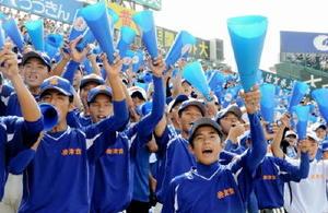7回、逆転を信じ、「エンヤ、エンヤ」のかけ声で後押しする唐津商の応援団=兵庫県西宮市の阪神甲子園球場
