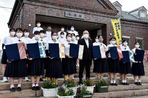 駅舎を清掃し、座布団や花のプランターを贈った牛津高家庭クラブの生徒たち=小城市のJR牛津駅