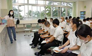 SDGsの目標をテーマにした発表に聞き入る早稲田佐賀中の生徒たち=唐津市の同校