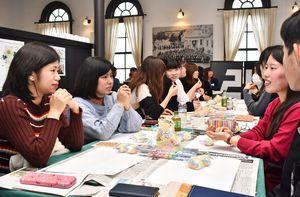 グループで話し合いながら佐賀のお菓子を企画する参加者たち=佐賀市のさがレトロ館