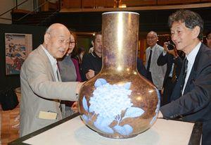 花瓶の出来映えについ語る井上萬二さん(左)と深川一太社長(右)=有田町のチャイナ・オン・ザ・パーク