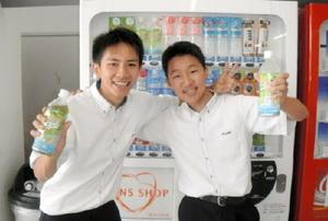 校内でブームを起こしているナタデココジュース。食堂で買い求める生徒が続出=佐賀市の龍谷高