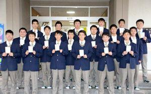 国家資格「2級土木施工管理技術検定試験」の学科試験に合格した高志館高環境緑地科3年の生徒(提供写真)=佐賀市の同校