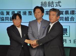 災害時の一般廃棄物収集や運搬の支援で協定を結んだ山口祥義知事(中央)と2団体の代表理事=県庁