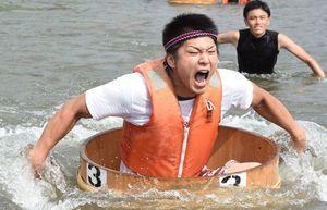 ハンギースピードマスターで2年連続の優勝を飾り、雄たけびを上げる吉本智さん