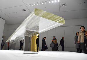ガラスのテーブル「Waterfall」に見入る来場者=佐賀市の県立美術館