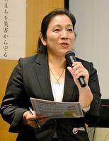女性ならではの防災活動の取り組みを紹介した菅野澄枝さん=佐賀市の佐賀市立図書館