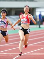陸上女子100メートル決勝 優勝した佐賀北の永石小雪(右)=福井市の9.98スタジアム(撮影・米倉義房)