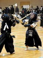 第40回県少年剣道学年別個人選手権大会で熱戦を繰り広げる選手たち=白石町の白石社会体育館