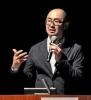 知的障害や発達障害のある人たちの住まいについて講演した西村顕さん=佐賀市のアバンセ