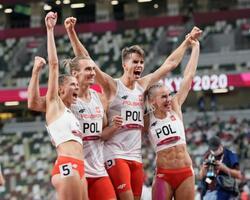 混合1600メートルリレーで優勝し、喜ぶポーランドの選手たち=国立競技場