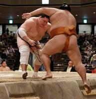 照ノ富士が寄り切りで御嶽海を破り、30場所ぶり2度目の優勝を決める=両国国技館