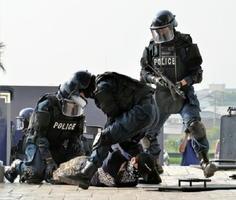 マシンガンを持って抵抗していた犯人役を取り押さえる県警機動隊の銃器対策部隊=鳥栖市の鳥栖プレミアム・アウトレット
